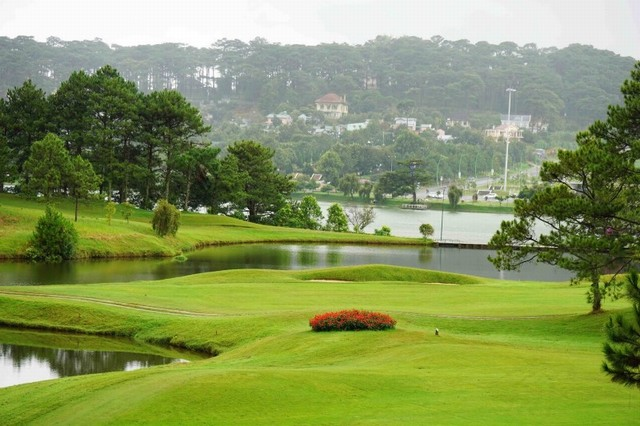 The golf course located in the heart of city