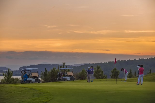 sunset at Dalat 1200 golf course